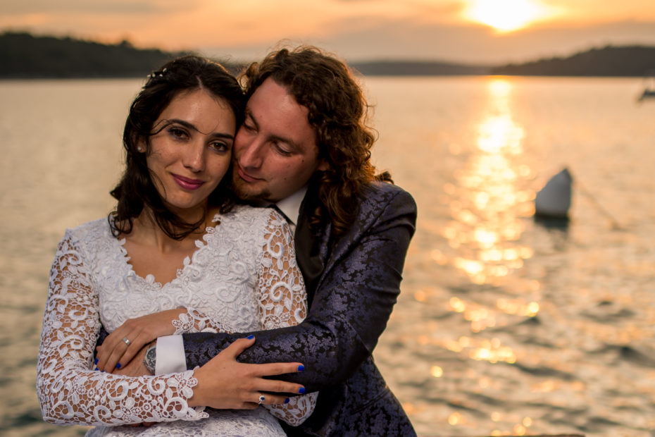 Wedding couple hugging by the sea Pavela Digital